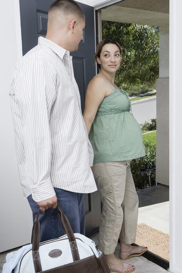 退出预期的夫妇在家 库存图片