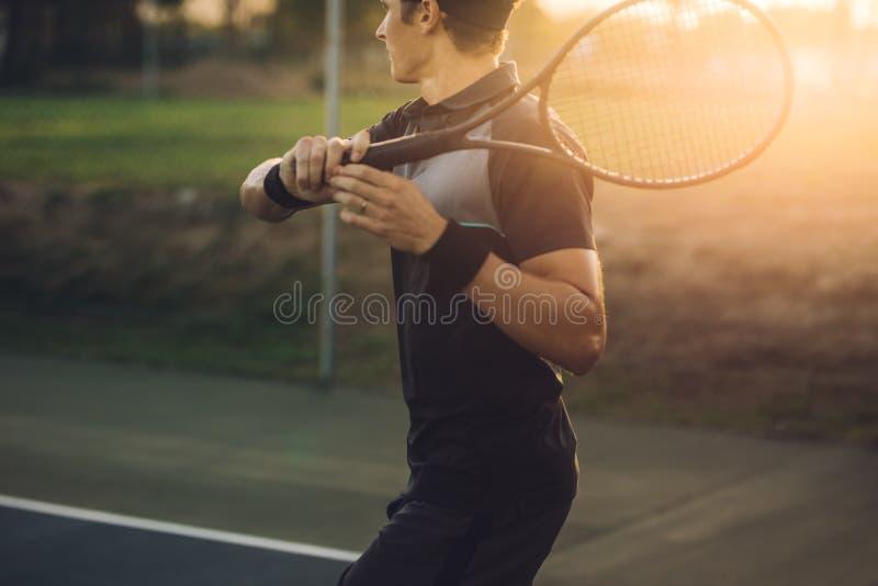 退回与正手击球的网球员服务 库存照片