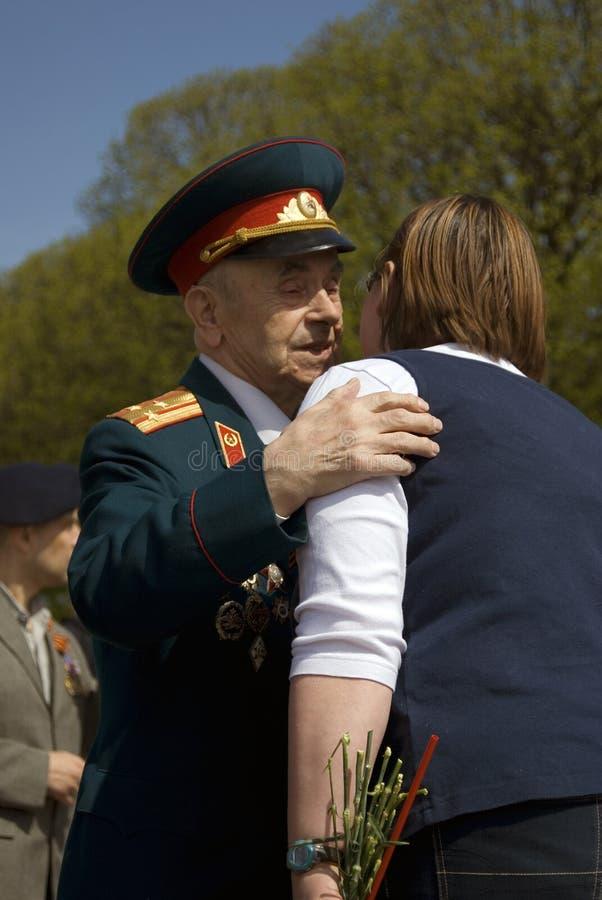 退役军人人画象 他拥抱妇女 库存图片