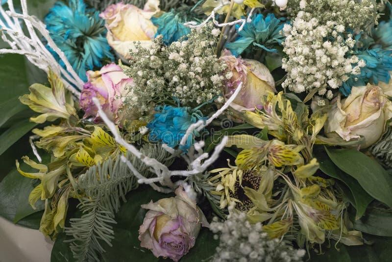 退色的花关闭  桃红色玫瑰和绿松石菊花花束  图库摄影