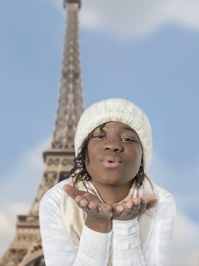 送亲吻的蓬松卷发女孩从巴黎 免版税图库摄影
