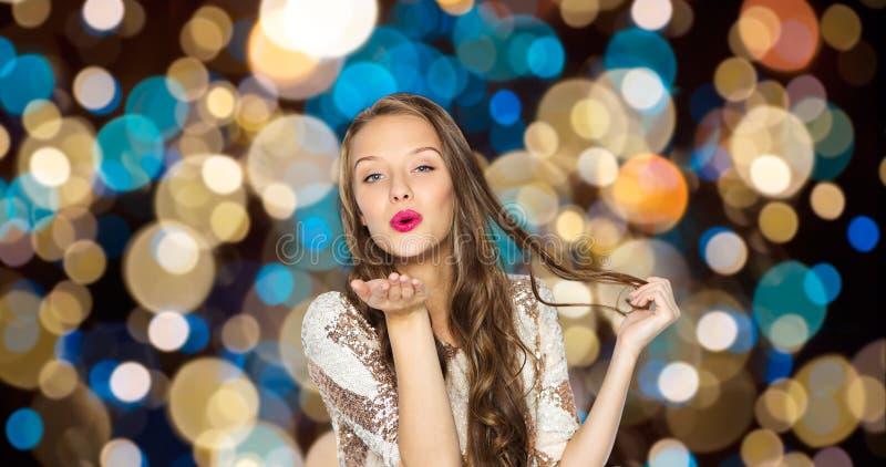 送在党的愉快的妇女空气亲吻点燃 免版税库存照片