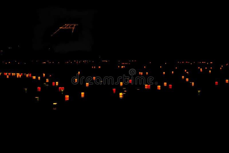 送在纸灯下在Arashiyama池塘,京都日本 免版税库存照片
