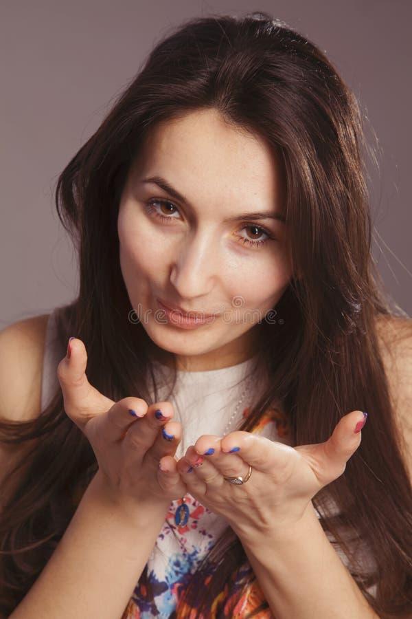 送您空气亲吻的年轻美女画象 库存图片