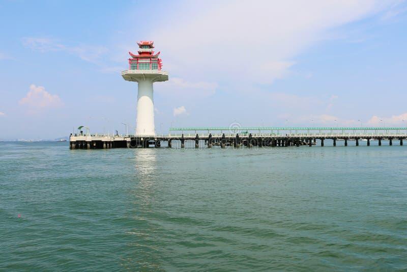 送游人的小游艇船坞在酸值sichang泰国 库存照片
