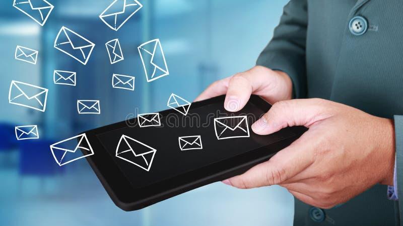送电子邮件的商人点击的片剂,企业概念 库存照片