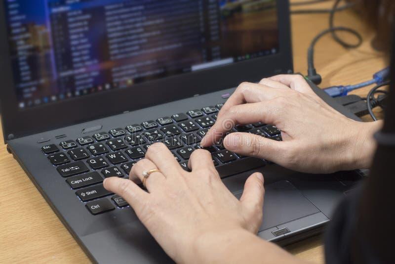 送电子邮件书信在网上在膝上型计算机comput的商人 库存照片