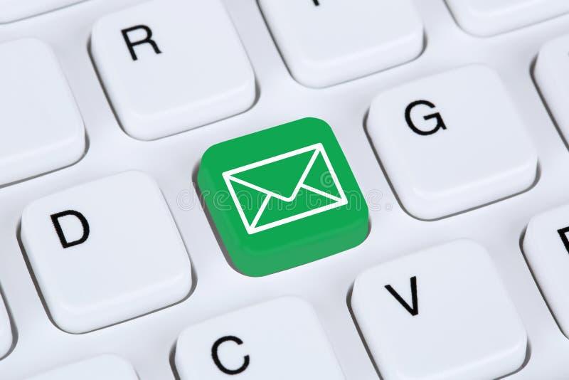 送电子邮件通过键盘的互联网 库存图片