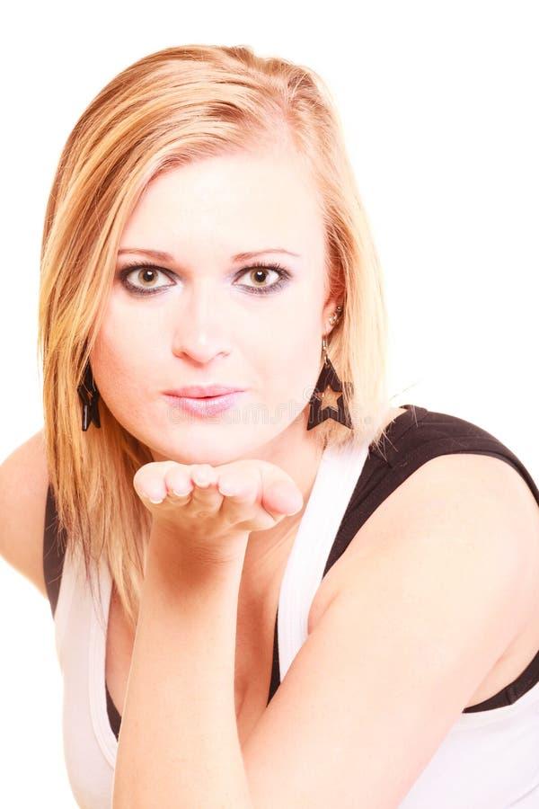 送空气亲吻的美丽的白肤金发的妇女 库存照片