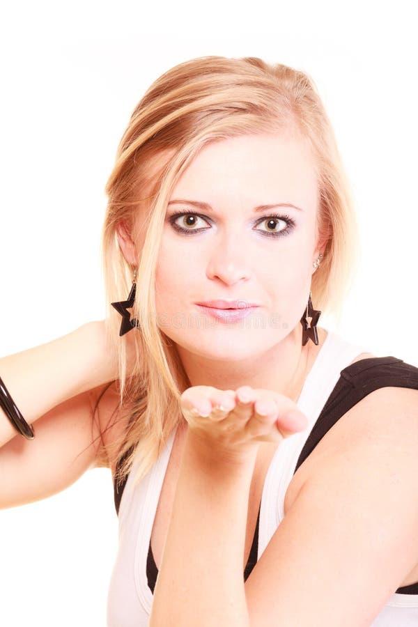 送空气亲吻的美丽的白肤金发的妇女 免版税图库摄影