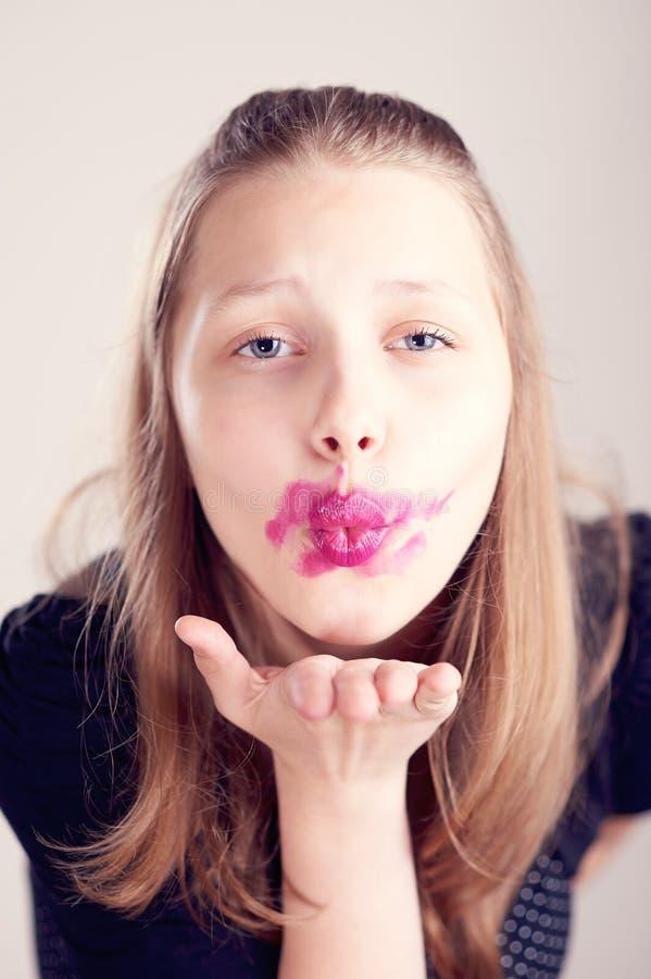 送空气亲吻的青少年的女孩 免版税库存照片