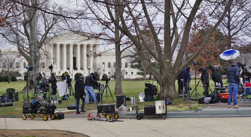 送葬者和媒介人群在晚法官安东宁・斯卡利亚在歇息放置的最高法院大厦前面 库存图片