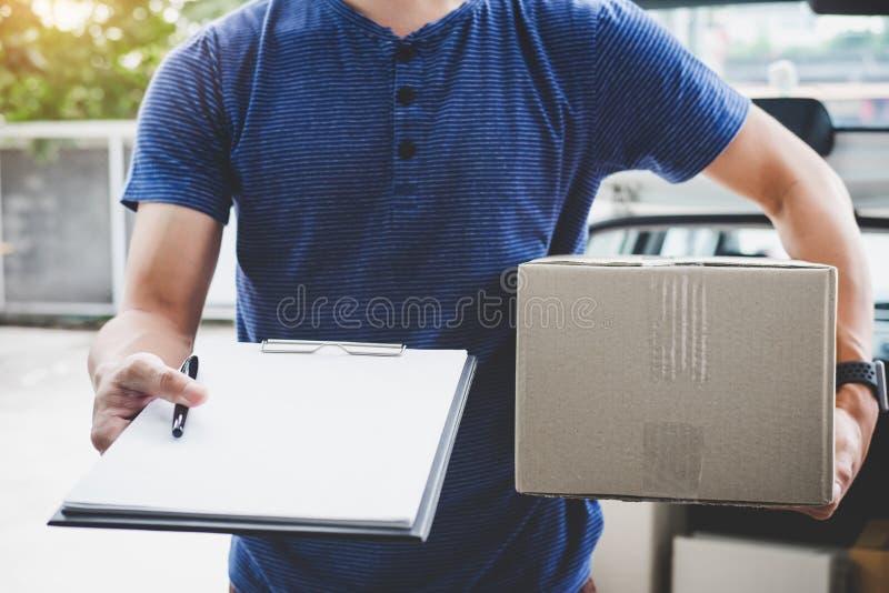 送货上门送货业务和与服务头脑,有待命在顾客房子门前面的箱子的送货员一起使用和 免版税库存照片