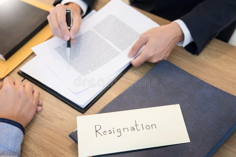 送辞职书的商人手到行政上司被遣散的工作者从公司,变动工作,失业放弃了, 免版税库存图片