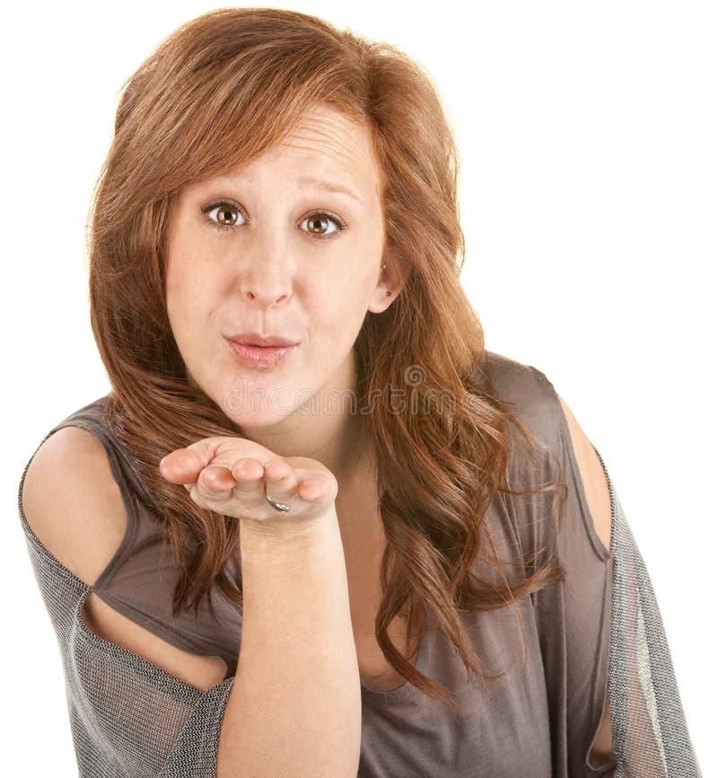 送飞吻的快乐的妇女 免版税库存照片