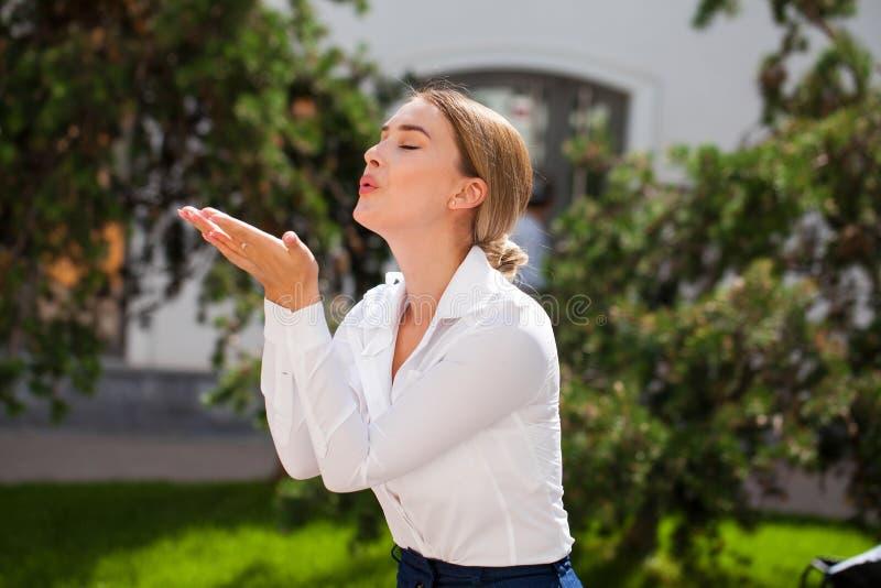 送飞吻,年轻白种人女性头发的模型 图库摄影