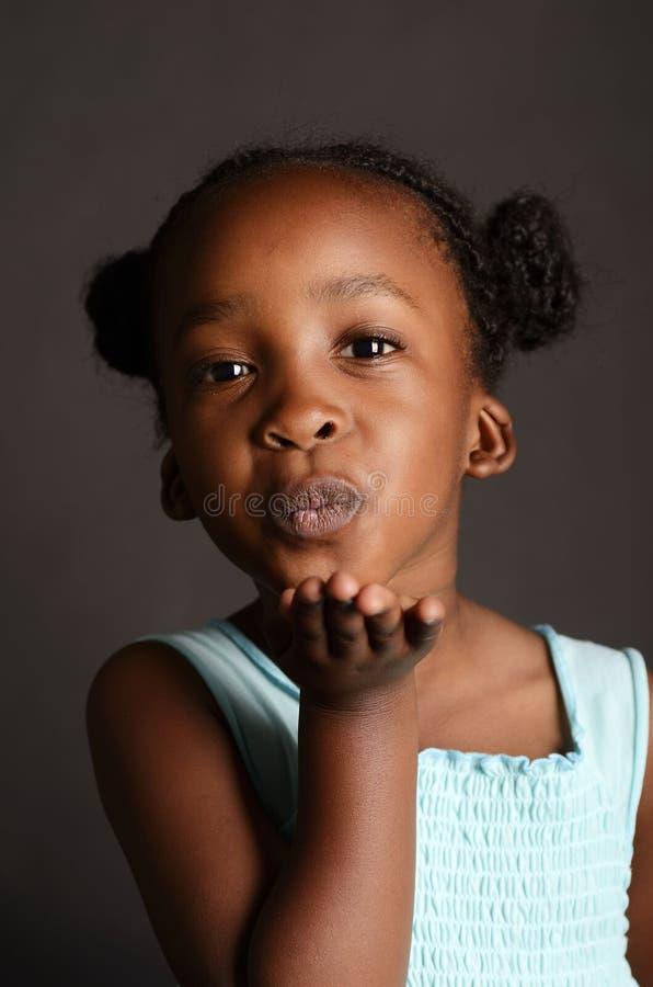 送飞吻的非洲女孩 免版税图库摄影