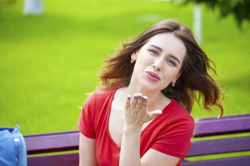 送飞吻,年轻白种人女性头发的模型 免版税库存图片