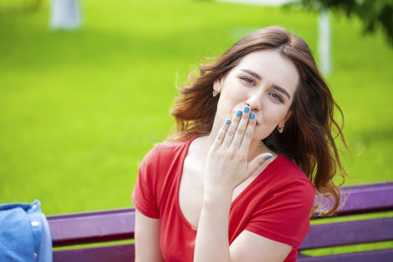 送飞吻,年轻白种人女性头发的模型 免版税库存照片