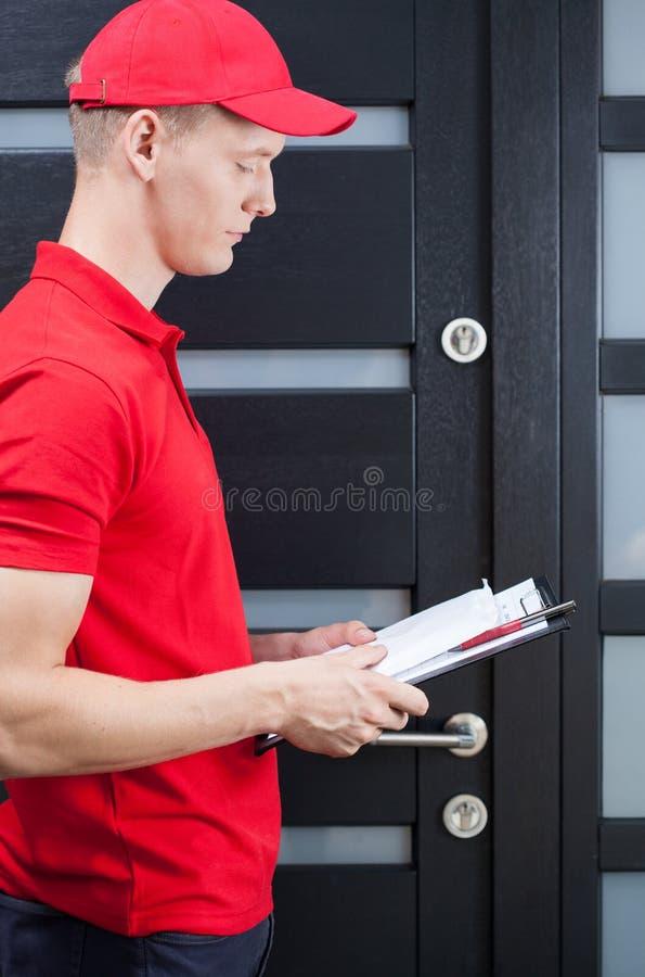 送货人等待的顾客 库存图片