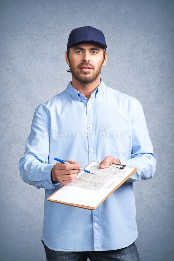 送货人要求签署发货票 免版税库存照片