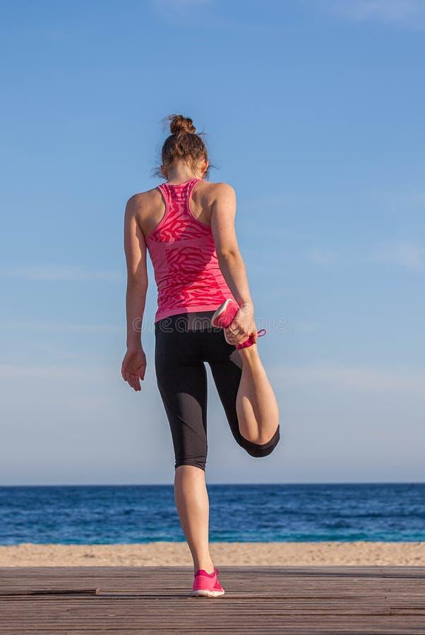 适合健康女子运动员舒展 免版税库存图片