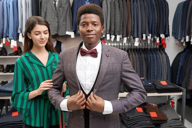 适合典雅的衣服的年轻客户,看照相机 免版税库存照片