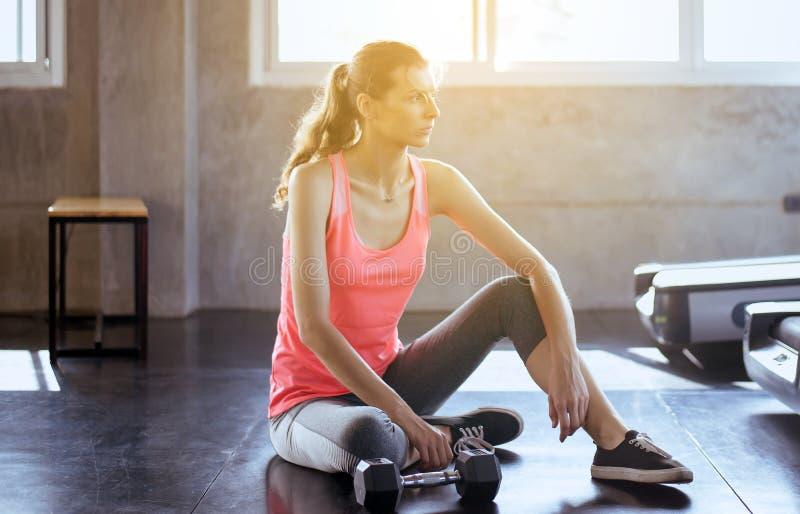 适合妇女开会和在健身房的健康训练的概念和生活方式以后放松,女性休假在锻炼a以后 免版税库存照片