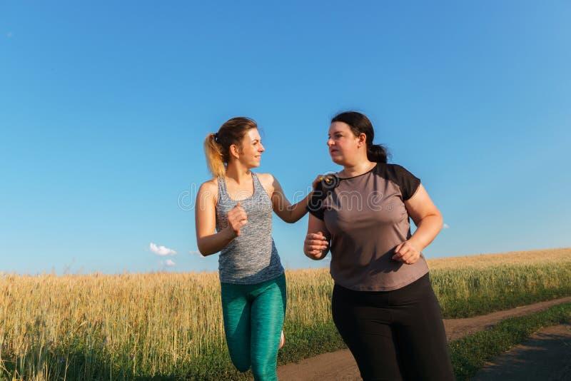 适合妇女支持和激发朋友在锻炼 免版税库存图片