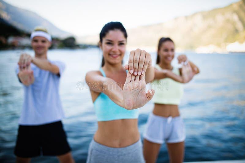 适合小组愉快人行使室外 做健身锻炼的微笑的朋友 库存图片