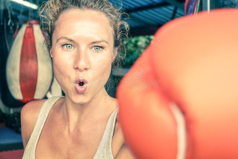 适合拳击训练的妇女在都市体育健身房 免版税库存图片