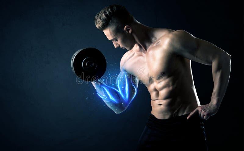 适合的与蓝色肌肉光概念的运动员举的重量 免版税库存照片