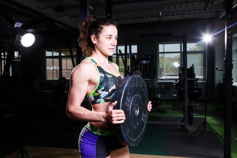 少妇系列癹n��.�_适合的做与重量级的杠铃板材的力量运动确信的少妇crossfit教练员锻炼