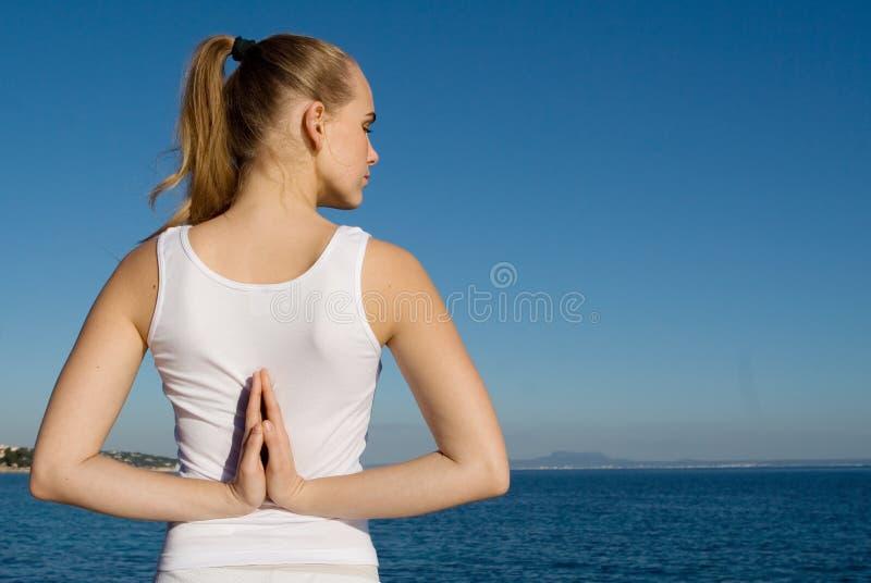 适合的健康姿势女子瑜伽 免版税图库摄影
