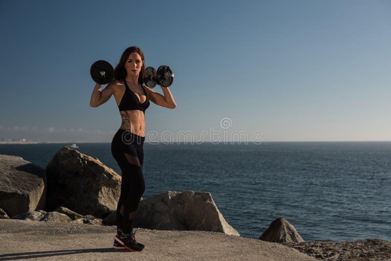 适合的室外妇女举的重量- 库存图片