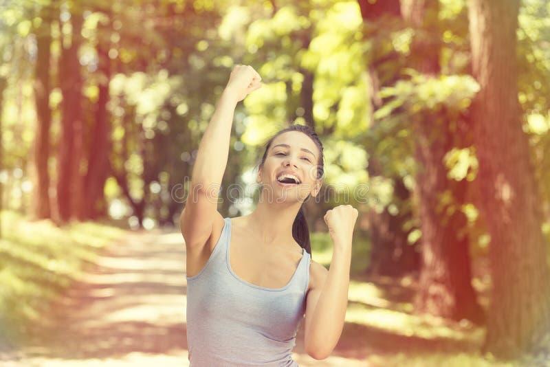 适合的母健身赛跑者快乐和激动在跑以后 库存图片