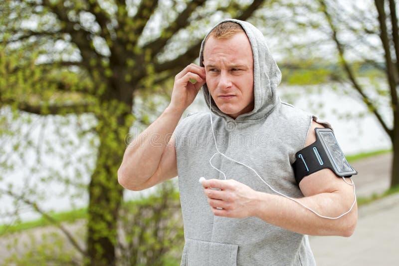 Download 适合的由耳机的人慢跑者听的音乐 库存图片. 图片 包括有 室外, 球员, 移动, 人们, 生活方式, ario - 72355403