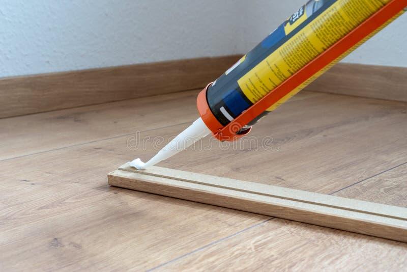 适合避开或洗衣板的,层压制品的地板,房子的整修胶浆 库存图片