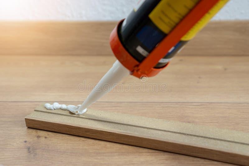 适合避开或洗衣板的,层压制品的地板,房子的整修胶浆 库存照片