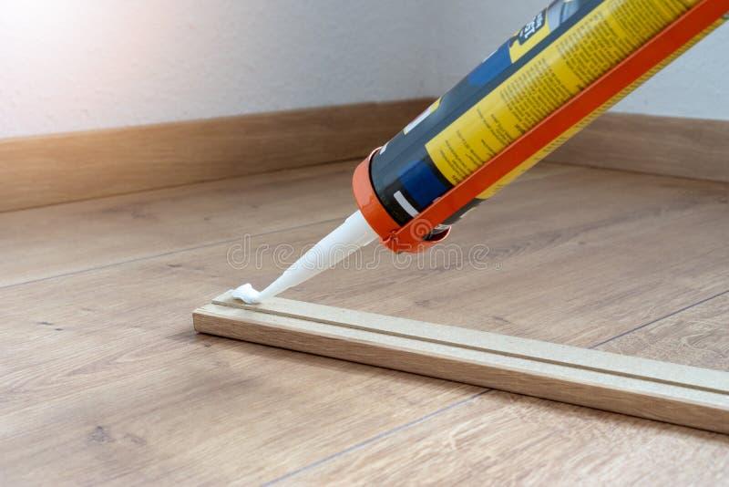 适合避开或洗衣板的,层压制品的地板,房子的整修胶浆 免版税库存图片