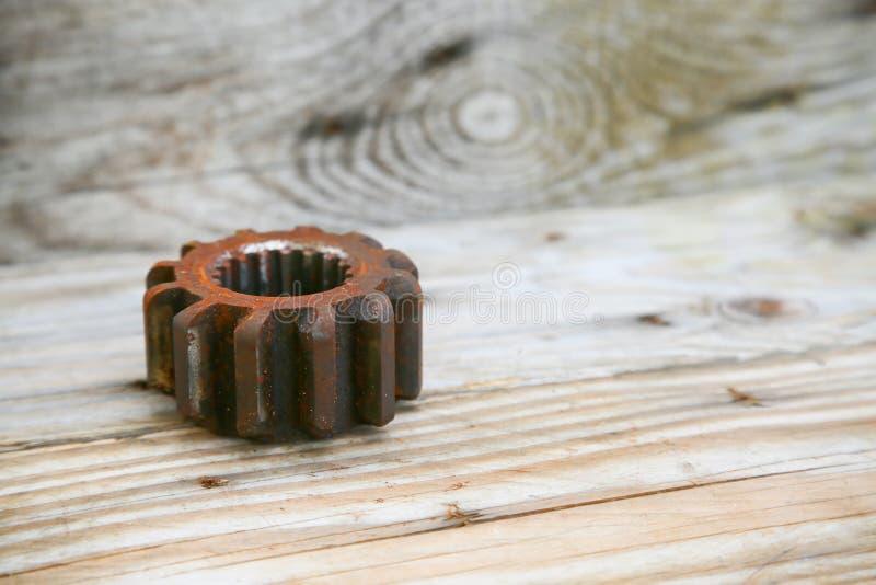 适应在木背景、机器零件或者备件、产业背景、老齿轮或者损坏的齿轮从坚苦工作 库存照片