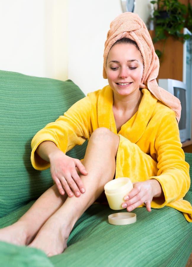 适用于身体化妆水的妇女腿 免版税库存照片