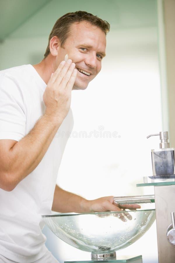 适用卫生间奶油色人刮 图库摄影