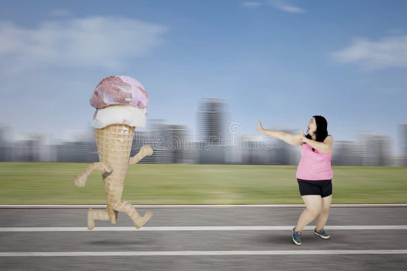 逃脱从冰淇凌的肥胖妇女 免版税库存图片
