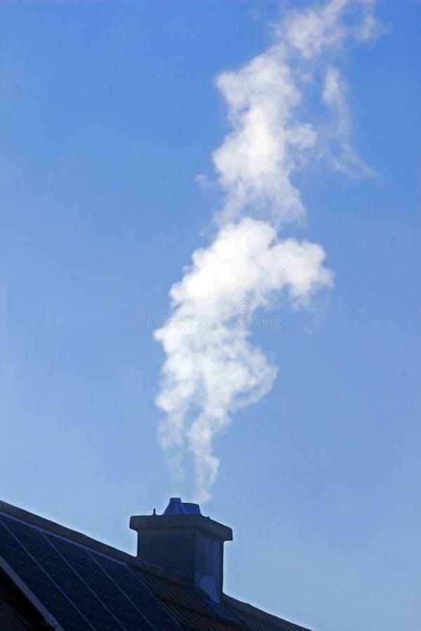 逃脱从房子的烟囱的白色烟 免版税图库摄影
