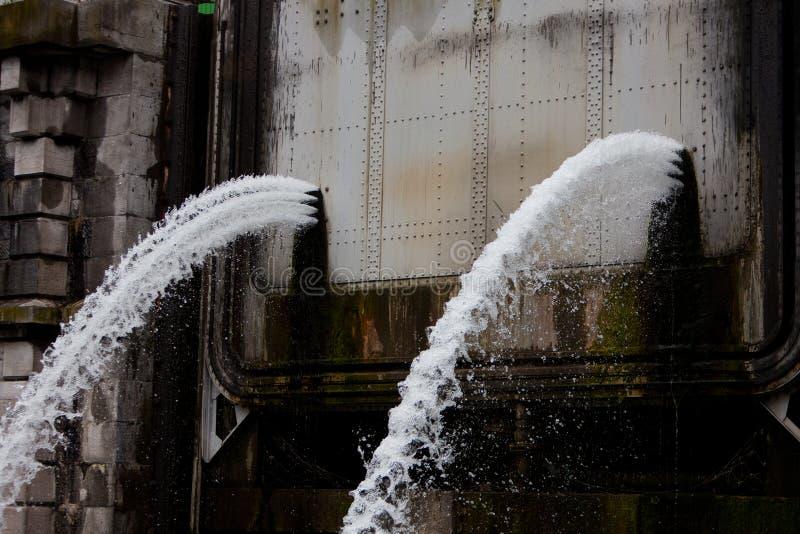 水逃脱由于超压力 免版税库存照片