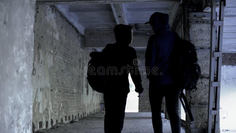 逃课在被放弃的房子里,缺乏的少年极端在生活中,走 免版税库存图片