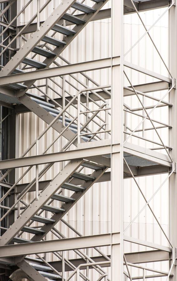 逃走的路线通过外部金属楼梯 库存照片