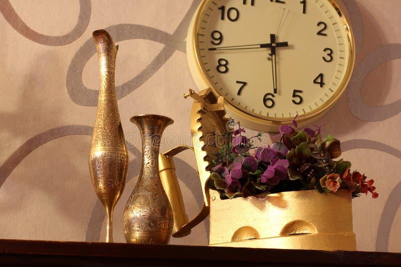 逆旋风 老铁、水罐和花瓶 老事情 免版税图库摄影