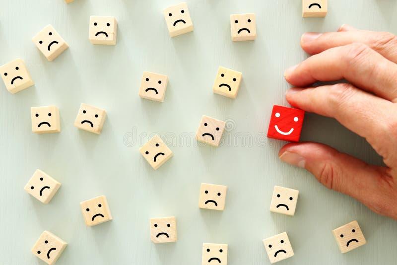 选上的人的概念图象除了别的以外 一张微笑的面孔从人群引人注意 免版税库存照片